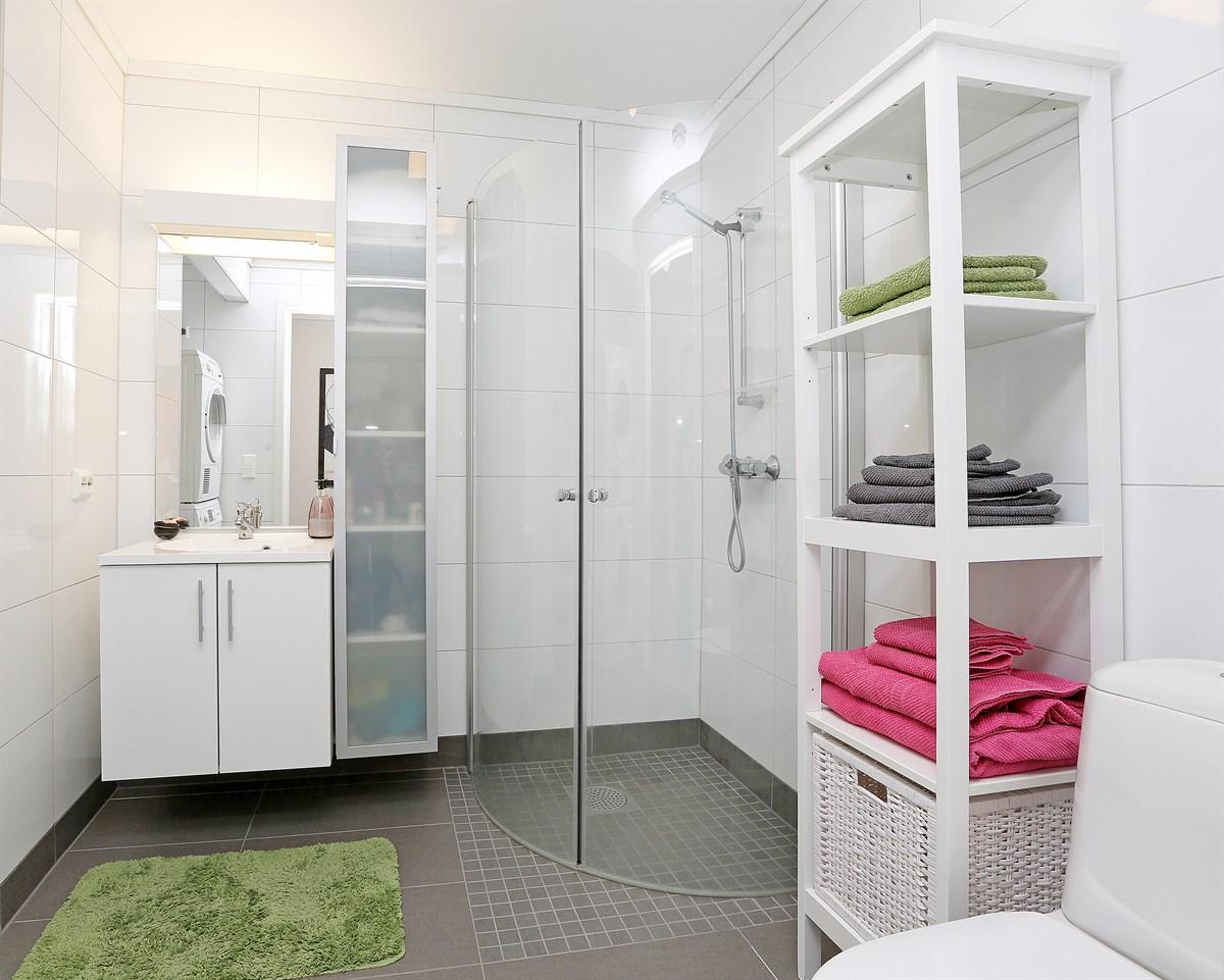 Baderom med dusj, toalett og servant