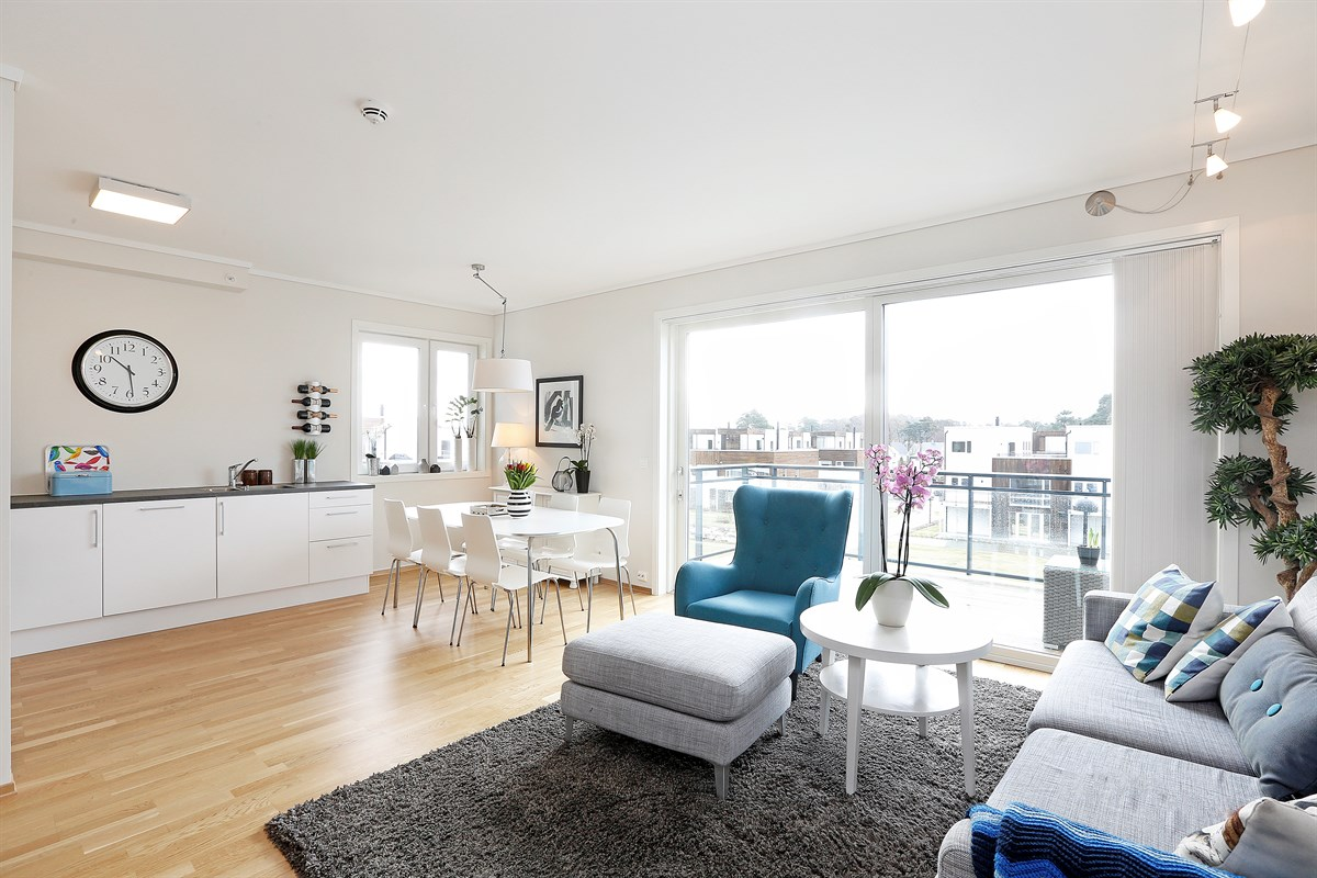 Stue med store vindusflater som gir mye lys