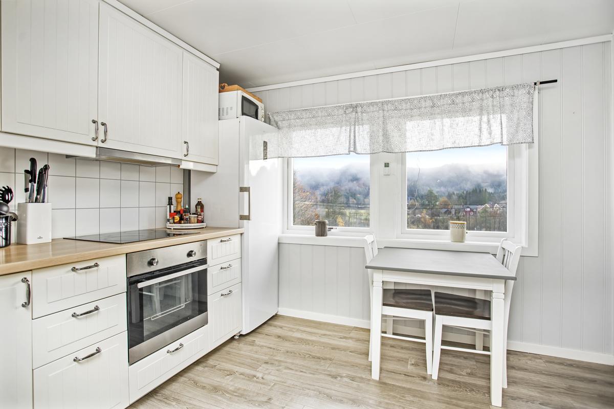Kjøkkenet er av nyere dato og har integrert ovn og steketopp