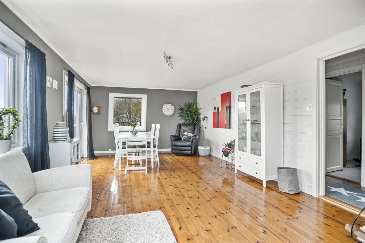 Stor, lys og fin stue med flott gulv