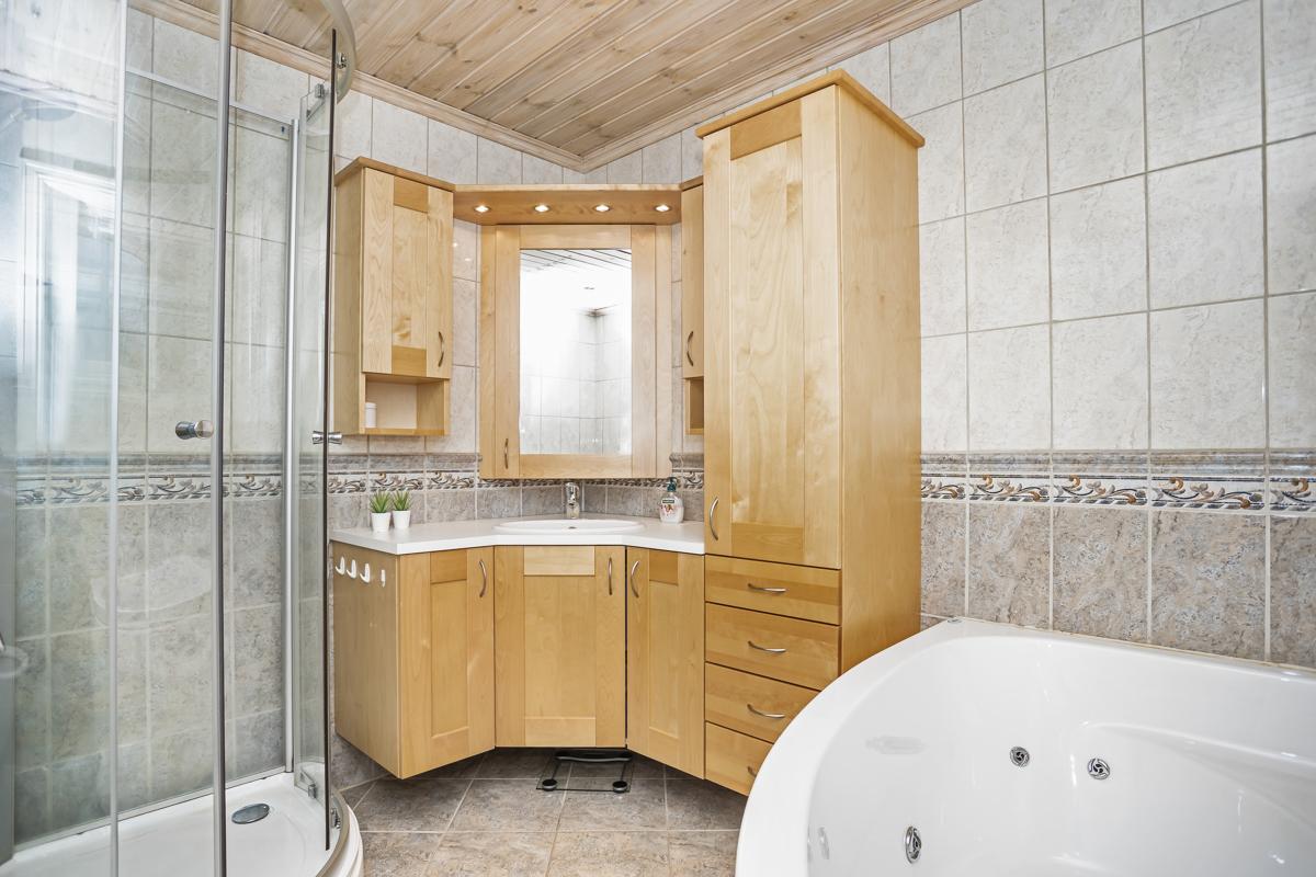 Bad med dusj og badekar.