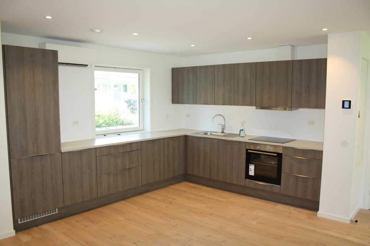 Kjøkkenet er moderne med god benke- og skapplass