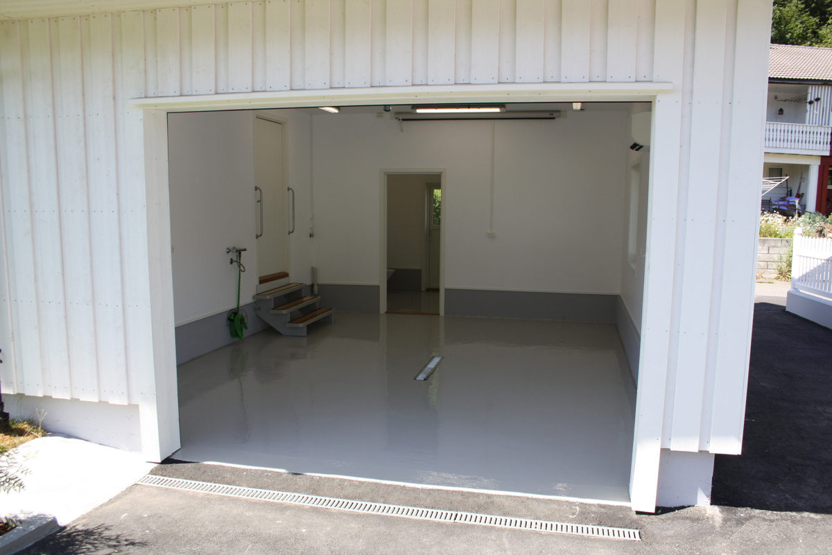 Fra garasjen kan du komme inn i huset eller separat garasjerom