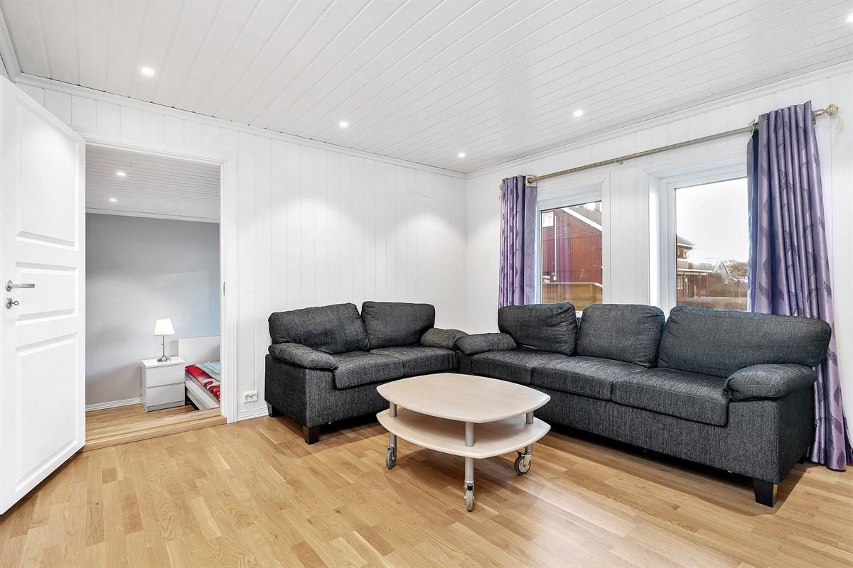 Lys og fin stue med god plass til sofa- og spisestueavdeling.