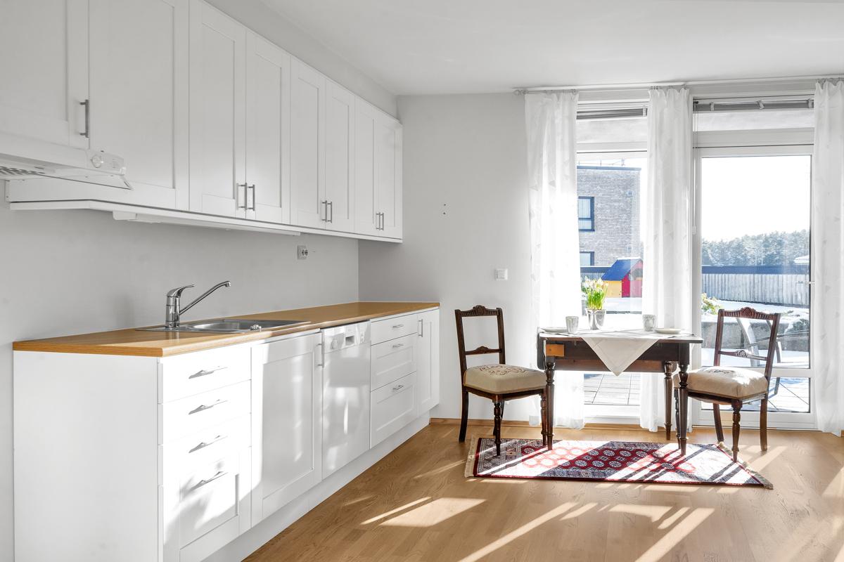 Hvitt kjøkken med åpen løsning til stue