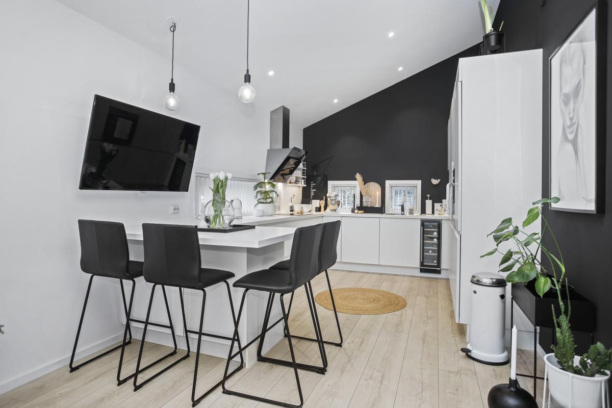Kjøkkenet er praktisk anlagt med plass til stoler rundt enden