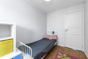 Det er plass til enkeltseng, garderobeskap og leksepult.