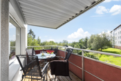 Leiligheten har en hyggelig balkong med overbygg som har morgen og ettermiddagssol.