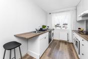 Det er avsatt plass til kjøleskap samt opplegg for en vaskemaskin og oppvaskmaskin.