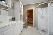 Boligen har bad i alle etasjer, en separat badstue og et eget vaskerom.