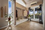 Hallen har noe varmekabler i gulv og en luft-til-luft varmepumpe.