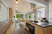 Kjøkkenet er meget romslig med fin plass for spisegruppe.