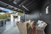 Verandaen er delvis overbygd, med både terrassevarmer, utepeis og boblebasseng.