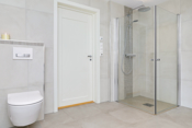 Badet er stort og har tiltalende og moderne løsninger