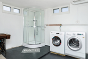 Romslig vaskekjeller med opplegg for vaskemaskin og praktisk med ekstra dusjmulighet