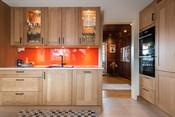 Kjøkken med integrert komfyr, stor platetopp med induction, ventilator, oppvaskmaskin, micro, kjøl og frys