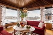 Stue med godt lysinnslipp og fin utsikt