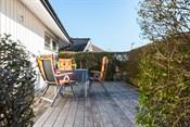Skjermet, solrik terrasse på inngangsiden