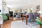 Stuen med relativt god plass til både dagligstue og spisestue