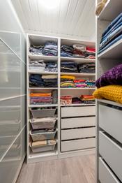 Praktisk garderoberom med god lagringsplass.