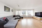 Stuen er et lyst og luftig rom takket være store vindusflater som fyller rommet rikelig med daglys.