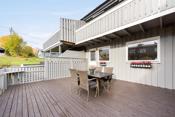 Terrassen blir en forlengelse av boligen på varme sommerdager slik at det er enkelt å flytte selskapet utendørs.