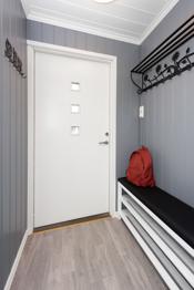 Innbydende og lys entré med god plass til å henge av seg ytterklær og sette fra seg skoene.