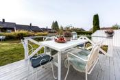 På baksiden av boligen er det en syd- og vestvendt terrasse som har meget gode solforhold.