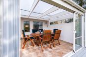 Det er utgang til utestuen fra stuen, og fra utestuen er det tilgang til terrasse og hage.