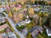 Det er kort og trygg gangvei til Solberg barneskole, og det er skoleskyss til Nordbytun ungdomsskole. Det er flere barnehager (nærmeste barnehage grenser til boligen).