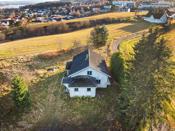 Fra eiendommen har man solen fra den kommer opp over horisonten, til den går ned bak huset.