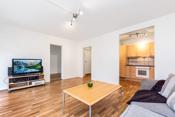 Stuen fremstår som et sosialt og tiltalende allrom. Stuen har god plass for sofamøblement, TV-seksjon og en spisestue.