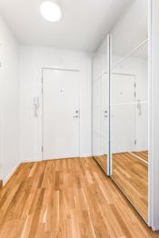 Innbydende og lys entré innredet med flott speilgarderobeskap med god plass til å henge av seg ytterklær og sette fra seg skoene.