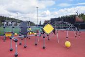 Her er det klatrestativ og flere fotballbaner for den aktive.