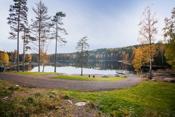 Fra boligen er det ca 1 times gåtur til flotte Åmotdammen. Her kan man ta med seg familien på en varm sommerdag og ta seg en svømmetur. Om man ikke vil gå er det ca. 8 km å kjøre.