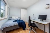 Soverom i 1. etasje som har en god størrelse med plass til seng, skap og skrivepult.