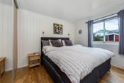 Det er totalt tre gode soverom i boligen som er fordelt med to i 1. etasje og et i 2. etasje.