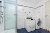 Opplegg og god plass til vaskemaskin og tørketrommel.