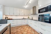 Integrert Miele koketopp, oppvaskmaskin og kjøl-/fryseskap. Hvit integrert komfyr og mikro er helt nye.