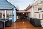 Takoverbygd del av terrassen benyttes i dag som oppbevaringsplass, men kan brukes som en hyggelig utestue med varmelamper osv.