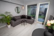 Lys og hyggelig stue med god plass til sofagruppe og spisebord med tilhørende møblement.