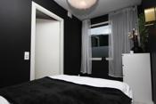 Rommet har god plass til dobbeltseng, nattbord, garderobeskap om ønskelig og skrivepult.
