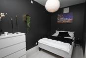 Soverommet er av god størrelse og er malt i en behagelig farge, Dempet sort.