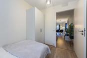 Rommet har god plass til seng, nattbord og tilhørende møblement. Rommet har et godt garderobeskap.