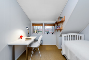 Soverom 3 er et lyst og godt rom med god plass til seng, nattbord og tilhørende møblement.