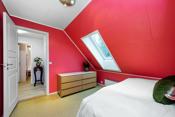 Soverom 2 er er godt rom som har god plass til seng med tilhørende møblement