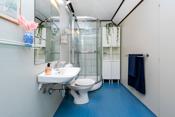 I boligens 2. etasje er det et godt bad som er utstyrt med dusjkabinett, toalett, servant, speil og lys på vegg over servant. 2 stk. høyskap.