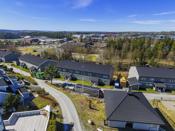 Leiligheten er beliggende på et sentralt boligområde på Bøleråsen med en god intern beliggenhet på feltet.