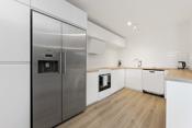 Kjøkkenet er nylig oppusset med bl.a. nytt gulv, benkeplater og innredning med lyse slette fronter.