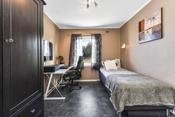 Hovedsoverommet fremstår som romslig med god plass til dobbeltseng, garderobe og øvrig innredning.